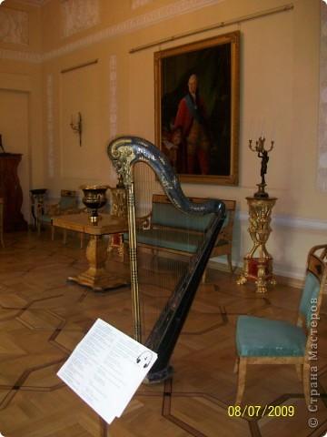 В 2009 году мы ездили в Санкт Петербург. И гуляя по городу зашли в Шереметьевский дворец, а там оказался  музей, где собрана  потрясающая коллекция  музыкальных инструментов. Это был невероятный восторг. Такого мы ещ не видели. Фотографировали практически все. Правда фотографии не совсем хорошего качества. Но увидеть и прочитать можно.  Приглашаю всех желающих посмотреть на эту красоту. Коментировать фото не буду. Потому что запомнить такое колличество инструментов просто не смогла, да и время уже прошло. На некоторых фотографиях есть названия.  Ну что, пошли посмотрим. фото 1