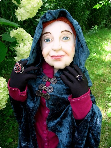 На портрете за моей спиной Мачеха, которая давным-давно с помощью яблока отравила Белоснежку. Когда-то она была самой могущественной женщиной всех девяти королевств. Это был один из ее пяти замков. (На другой картине) Когда ее поймали, на неё надели раскаленные на углях железные бошмачки, и заставили танцевать на свадьбе Белоснежки. Она ползла по снегу, еле передвигая своими изуродованными, обугленными ногами, до ближайшего болота. Но она сохранила волшебные зеркала и нашла себе приемницу. Разумеется, ею оказалась я. Я завершу ее дело и мне жаль тех болванов, что попадутся на моем пути. фото 2