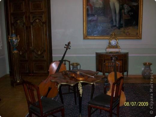 В 2009 году мы ездили в Санкт Петербург. И гуляя по городу зашли в Шереметьевский дворец, а там оказался  музей, где собрана  потрясающая коллекция  музыкальных инструментов. Это был невероятный восторг. Такого мы ещ не видели. Фотографировали практически все. Правда фотографии не совсем хорошего качества. Но увидеть и прочитать можно.  Приглашаю всех желающих посмотреть на эту красоту. Коментировать фото не буду. Потому что запомнить такое колличество инструментов просто не смогла, да и время уже прошло. На некоторых фотографиях есть названия.  Ну что, пошли посмотрим. фото 2
