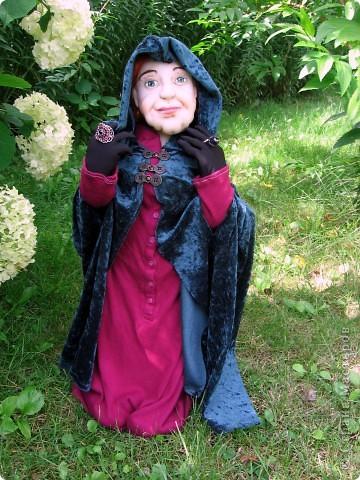 На портрете за моей спиной Мачеха, которая давным-давно с помощью яблока отравила Белоснежку. Когда-то она была самой могущественной женщиной всех девяти королевств. Это был один из ее пяти замков. (На другой картине) Когда ее поймали, на неё надели раскаленные на углях железные бошмачки, и заставили танцевать на свадьбе Белоснежки. Она ползла по снегу, еле передвигая своими изуродованными, обугленными ногами, до ближайшего болота. Но она сохранила волшебные зеркала и нашла себе приемницу. Разумеется, ею оказалась я. Я завершу ее дело и мне жаль тех болванов, что попадутся на моем пути. фото 3
