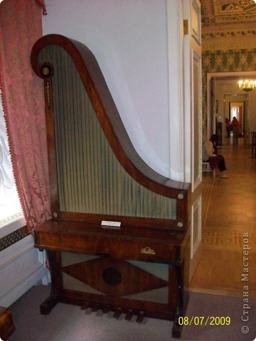 В 2009 году мы ездили в Санкт Петербург. И гуляя по городу зашли в Шереметьевский дворец, а там оказался  музей, где собрана  потрясающая коллекция  музыкальных инструментов. Это был невероятный восторг. Такого мы ещ не видели. Фотографировали практически все. Правда фотографии не совсем хорошего качества. Но увидеть и прочитать можно.  Приглашаю всех желающих посмотреть на эту красоту. Коментировать фото не буду. Потому что запомнить такое колличество инструментов просто не смогла, да и время уже прошло. На некоторых фотографиях есть названия.  Ну что, пошли посмотрим. фото 3