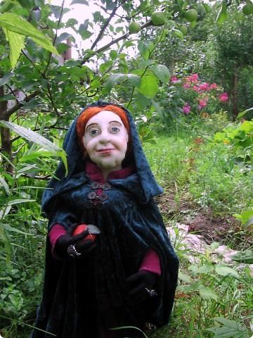 На портрете за моей спиной Мачеха, которая давным-давно с помощью яблока отравила Белоснежку. Когда-то она была самой могущественной женщиной всех девяти королевств. Это был один из ее пяти замков. (На другой картине) Когда ее поймали, на неё надели раскаленные на углях железные бошмачки, и заставили танцевать на свадьбе Белоснежки. Она ползла по снегу, еле передвигая своими изуродованными, обугленными ногами, до ближайшего болота. Но она сохранила волшебные зеркала и нашла себе приемницу. Разумеется, ею оказалась я. Я завершу ее дело и мне жаль тех болванов, что попадутся на моем пути. фото 4