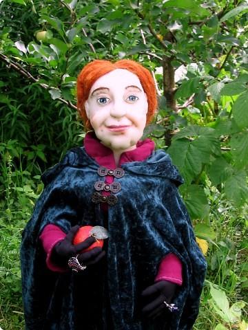 На портрете за моей спиной Мачеха, которая давным-давно с помощью яблока отравила Белоснежку. Когда-то она была самой могущественной женщиной всех девяти королевств. Это был один из ее пяти замков. (На другой картине) Когда ее поймали, на неё надели раскаленные на углях железные бошмачки, и заставили танцевать на свадьбе Белоснежки. Она ползла по снегу, еле передвигая своими изуродованными, обугленными ногами, до ближайшего болота. Но она сохранила волшебные зеркала и нашла себе приемницу. Разумеется, ею оказалась я. Я завершу ее дело и мне жаль тех болванов, что попадутся на моем пути. фото 5