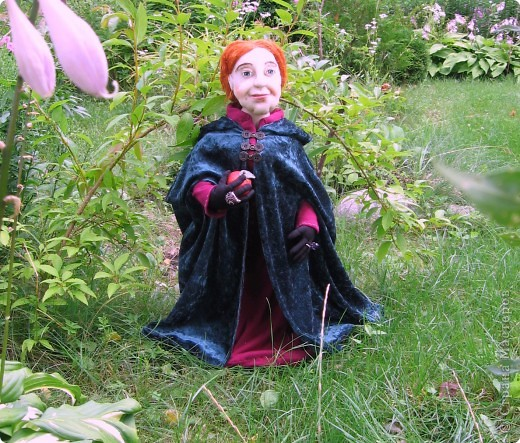 На портрете за моей спиной Мачеха, которая давным-давно с помощью яблока отравила Белоснежку. Когда-то она была самой могущественной женщиной всех девяти королевств. Это был один из ее пяти замков. (На другой картине) Когда ее поймали, на неё надели раскаленные на углях железные бошмачки, и заставили танцевать на свадьбе Белоснежки. Она ползла по снегу, еле передвигая своими изуродованными, обугленными ногами, до ближайшего болота. Но она сохранила волшебные зеркала и нашла себе приемницу. Разумеется, ею оказалась я. Я завершу ее дело и мне жаль тех болванов, что попадутся на моем пути. фото 6
