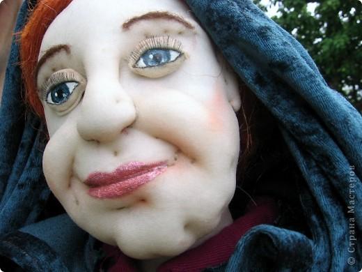 На портрете за моей спиной Мачеха, которая давным-давно с помощью яблока отравила Белоснежку. Когда-то она была самой могущественной женщиной всех девяти королевств. Это был один из ее пяти замков. (На другой картине) Когда ее поймали, на неё надели раскаленные на углях железные бошмачки, и заставили танцевать на свадьбе Белоснежки. Она ползла по снегу, еле передвигая своими изуродованными, обугленными ногами, до ближайшего болота. Но она сохранила волшебные зеркала и нашла себе приемницу. Разумеется, ею оказалась я. Я завершу ее дело и мне жаль тех болванов, что попадутся на моем пути. фото 9