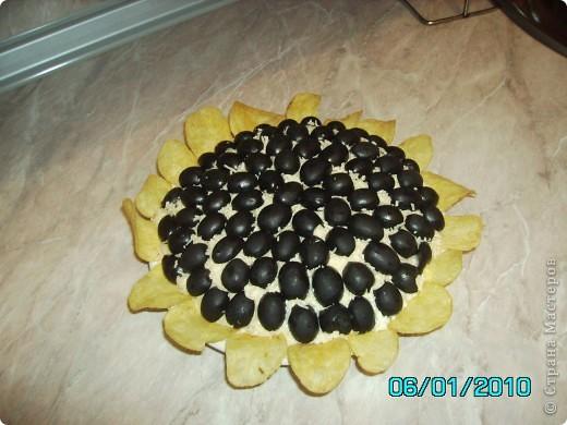 Я делаю вот такой салатик! На дно  тарелки капченое мяско, потом нашинкованный лучёк, сыр на тёрке, картофель, яйцо- каждый слой промазываю майонезом, а сверху украшаю половинками оливок и чипсами. фото 1
