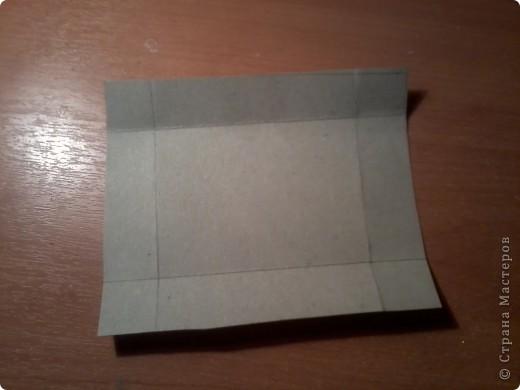 Изготовление коробочки с четырьмя ящичками для всяких полезных мелочей – процесс долгий, но весьма интересный...Верхняя крышка коробочки открывается, как обложка книги. Страницы (внутри) оформлены в виде фотоальбома, так что можно вставить любимые фотографии. фото 5