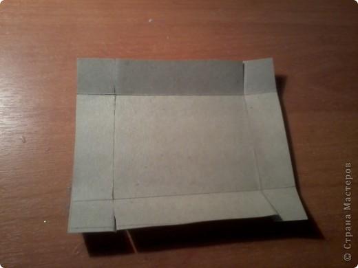 Изготовление коробочки с четырьмя ящичками для всяких полезных мелочей – процесс долгий, но весьма интересный...Верхняя крышка коробочки открывается, как обложка книги. Страницы (внутри) оформлены в виде фотоальбома, так что можно вставить любимые фотографии. фото 6