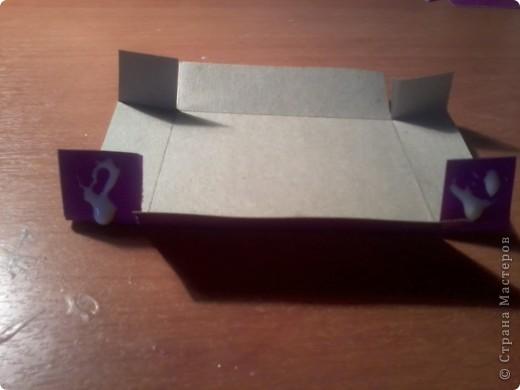 Изготовление коробочки с четырьмя ящичками для всяких полезных мелочей – процесс долгий, но весьма интересный...Верхняя крышка коробочки открывается, как обложка книги. Страницы (внутри) оформлены в виде фотоальбома, так что можно вставить любимые фотографии. фото 7