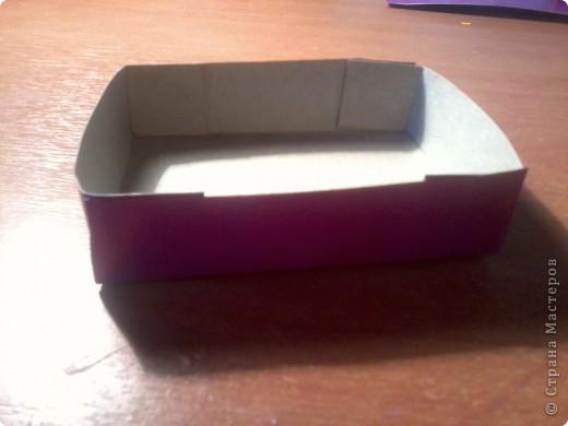 Изготовление коробочки с четырьмя ящичками для всяких полезных мелочей – процесс долгий, но весьма интересный...Верхняя крышка коробочки открывается, как обложка книги. Страницы (внутри) оформлены в виде фотоальбома, так что можно вставить любимые фотографии. фото 8