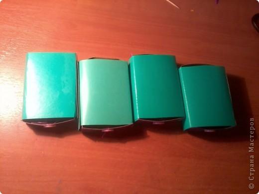 Изготовление коробочки с четырьмя ящичками для всяких полезных мелочей – процесс долгий, но весьма интересный...Верхняя крышка коробочки открывается, как обложка книги. Страницы (внутри) оформлены в виде фотоальбома, так что можно вставить любимые фотографии. фото 12