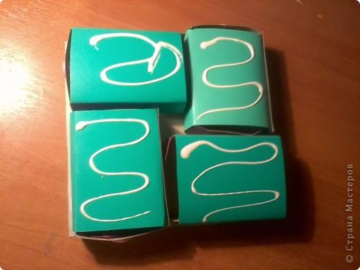 Изготовление коробочки с четырьмя ящичками для всяких полезных мелочей – процесс долгий, но весьма интересный...Верхняя крышка коробочки открывается, как обложка книги. Страницы (внутри) оформлены в виде фотоальбома, так что можно вставить любимые фотографии. фото 15