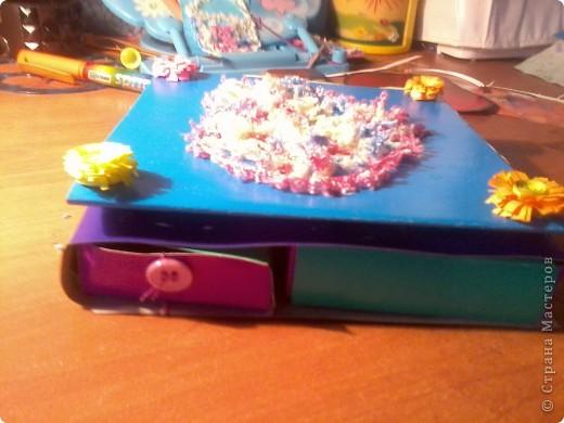 Изготовление коробочки с четырьмя ящичками для всяких полезных мелочей – процесс долгий, но весьма интересный...Верхняя крышка коробочки открывается, как обложка книги. Страницы (внутри) оформлены в виде фотоальбома, так что можно вставить любимые фотографии. фото 2