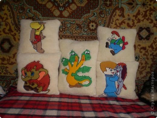 Вот такие славные подушечки сотворили мы с мамой. Сначала вышили картинку, потом из кусочков меха сшили наволочку. В секенде купили маленькие подушечки. Вот что получилось. (схемы картинок берем из журналов)