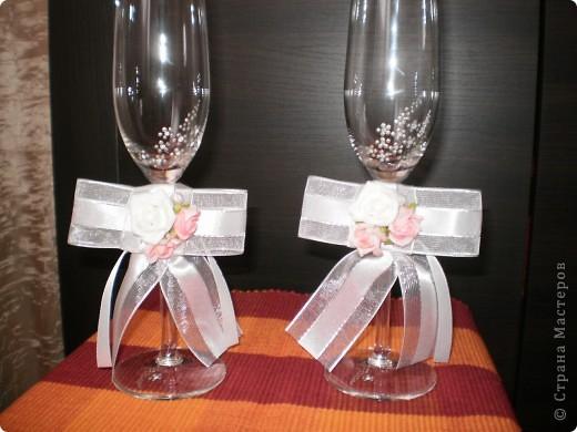бутилка и свещ - използвах панделка, мъниста и купени  цветчета фото 2