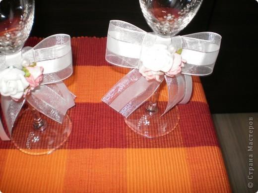 бутилка и свещ - използвах панделка, мъниста и купени  цветчета фото 4