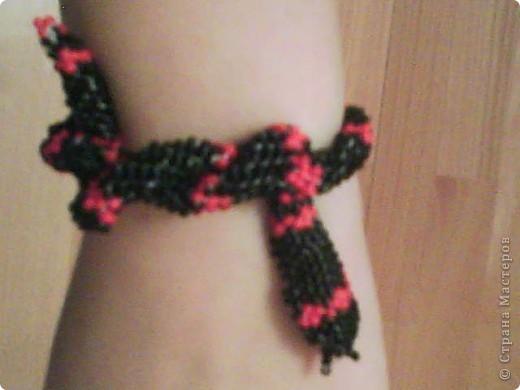 Вот такую змейку можно сделать из бисера. Плетение жгута разными цветами приводит к такому результату. Была еще зеленая змея, но ушла на подарок подруге.  фото 2