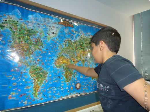 Начался День Африки,конечно,с изучения карты.Находим на ней государства Северной,Цетральной  и Южной Африки. На фото - Яир Менаше - ученик третьего класса,знакомый многим по  бисерным работам,выставленным в моем блоге. фото 1