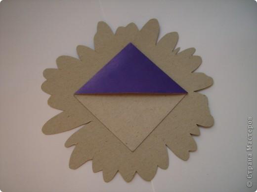 Честно признаюсь: эта ромашка была на папке для цветной бумаги. Я ее вырезала, серединку покрыла клеем с блестками...  фото 2