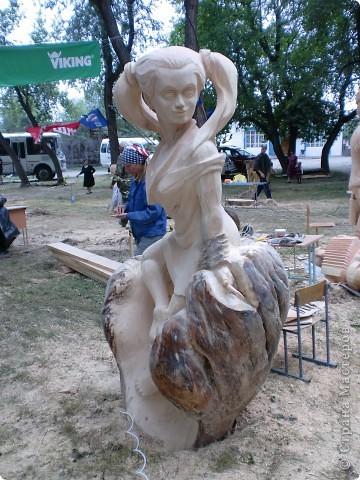 """В рамках 35 шукшинских чтений, проходивших с 22 по 24 июля, проводился фестиваль деревянной скульптуры по мотивам его произведений. Впечатлений масса!!! Решила поделиться.  Это одна из первых.  """"Мой зять украл машину дров"""" фото 4"""