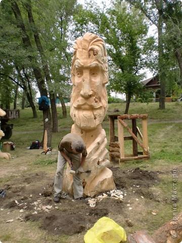 """В рамках 35 шукшинских чтений, проходивших с 22 по 24 июля, проводился фестиваль деревянной скульптуры по мотивам его произведений. Впечатлений масса!!! Решила поделиться.  Это одна из первых.  """"Мой зять украл машину дров"""" фото 2"""