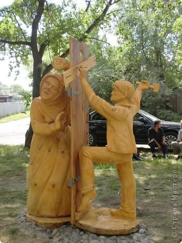 """В рамках 35 шукшинских чтений, проходивших с 22 по 24 июля, проводился фестиваль деревянной скульптуры по мотивам его произведений. Впечатлений масса!!! Решила поделиться.  Это одна из первых.  """"Мой зять украл машину дров"""" фото 1"""