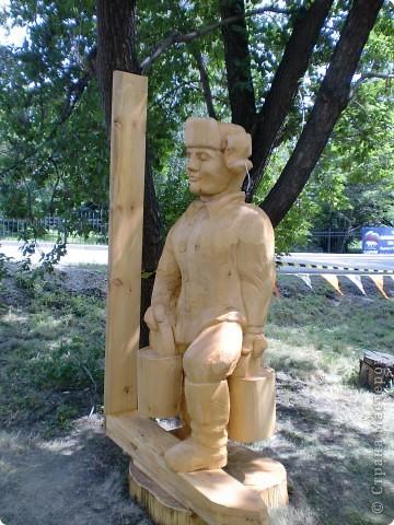 """В рамках 35 шукшинских чтений, проходивших с 22 по 24 июля, проводился фестиваль деревянной скульптуры по мотивам его произведений. Впечатлений масса!!! Решила поделиться.  Это одна из первых.  """"Мой зять украл машину дров"""" фото 3"""