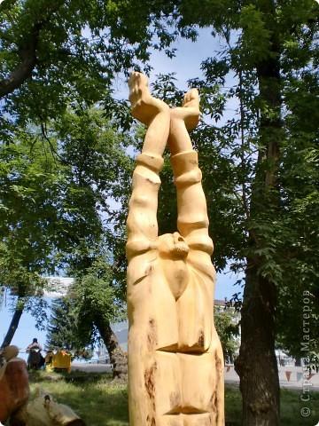 """В рамках 35 шукшинских чтений, проходивших с 22 по 24 июля, проводился фестиваль деревянной скульптуры по мотивам его произведений. Впечатлений масса!!! Решила поделиться.  Это одна из первых.  """"Мой зять украл машину дров"""" фото 7"""