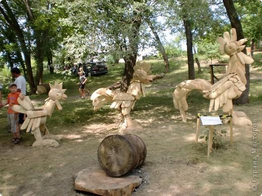 """В рамках 35 шукшинских чтений, проходивших с 22 по 24 июля, проводился фестиваль деревянной скульптуры по мотивам его произведений. Впечатлений масса!!! Решила поделиться.  Это одна из первых.  """"Мой зять украл машину дров"""" фото 8"""