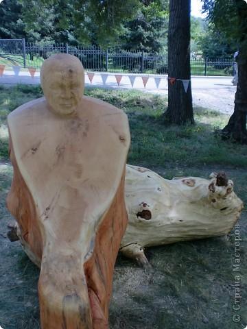 """В рамках 35 шукшинских чтений, проходивших с 22 по 24 июля, проводился фестиваль деревянной скульптуры по мотивам его произведений. Впечатлений масса!!! Решила поделиться.  Это одна из первых.  """"Мой зять украл машину дров"""" фото 5"""