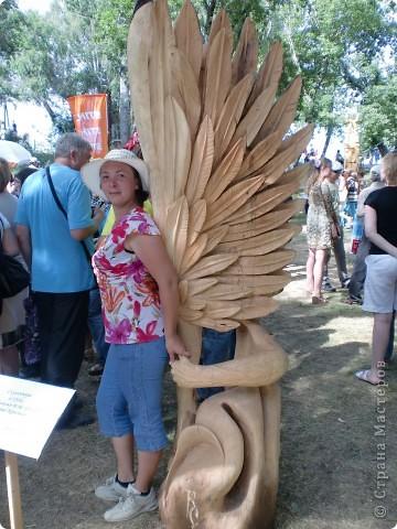 """В рамках 35 шукшинских чтений, проходивших с 22 по 24 июля, проводился фестиваль деревянной скульптуры по мотивам его произведений. Впечатлений масса!!! Решила поделиться.  Это одна из первых.  """"Мой зять украл машину дров"""" фото 11"""