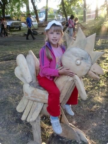 """В рамках 35 шукшинских чтений, проходивших с 22 по 24 июля, проводился фестиваль деревянной скульптуры по мотивам его произведений. Впечатлений масса!!! Решила поделиться.  Это одна из первых.  """"Мой зять украл машину дров"""" фото 9"""