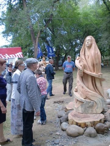 """В рамках 35 шукшинских чтений, проходивших с 22 по 24 июля, проводился фестиваль деревянной скульптуры по мотивам его произведений. Впечатлений масса!!! Решила поделиться.  Это одна из первых.  """"Мой зять украл машину дров"""" фото 16"""