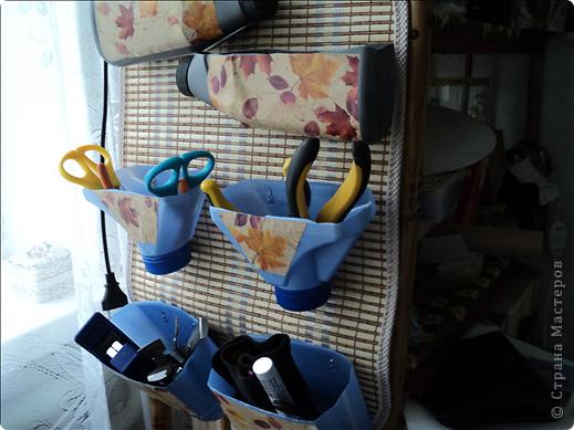 Чтобы инструменты были всегда под рукой, сделала практически из бросового материала органайзер. Взяла у мужа в гараже пластиковые бутылки от тосола и еще от чего-то подобного. фото 2
