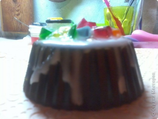 мое первое в жизни мыло! к сожалению нет описания работы с фото, есть лишь готовый результат! состав: мыльная основа прозрачная, ароматизатор клубника, наполнитель - мак, жирные масла: абрикосовой косточки и виноградной косточки, краситель пищевой фото 7