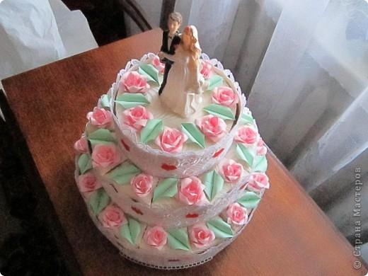 А сюрприз в том, что торт состоит из отдельных кусочков, в которых лежат конфеты и пожелания молодым!Таким образом хотелось растянуть праздник для новобрачных на весь медовый месяц!Например, проснулись молодожены взяли кусочек, съели конфеты и прочитали наши пожелания им! фото 1