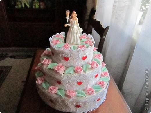А сюрприз в том, что торт состоит из отдельных кусочков, в которых лежат конфеты и пожелания молодым!Таким образом хотелось растянуть праздник для новобрачных на весь медовый месяц!Например, проснулись молодожены взяли кусочек, съели конфеты и прочитали наши пожелания им! фото 2