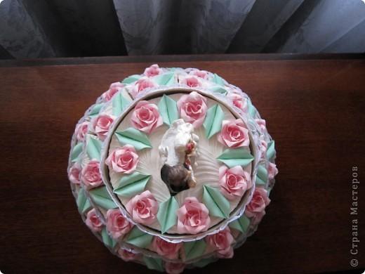 А сюрприз в том, что торт состоит из отдельных кусочков, в которых лежат конфеты и пожелания молодым!Таким образом хотелось растянуть праздник для новобрачных на весь медовый месяц!Например, проснулись молодожены взяли кусочек, съели конфеты и прочитали наши пожелания им! фото 3