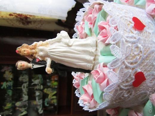 А сюрприз в том, что торт состоит из отдельных кусочков, в которых лежат конфеты и пожелания молодым!Таким образом хотелось растянуть праздник для новобрачных на весь медовый месяц!Например, проснулись молодожены взяли кусочек, съели конфеты и прочитали наши пожелания им! фото 4
