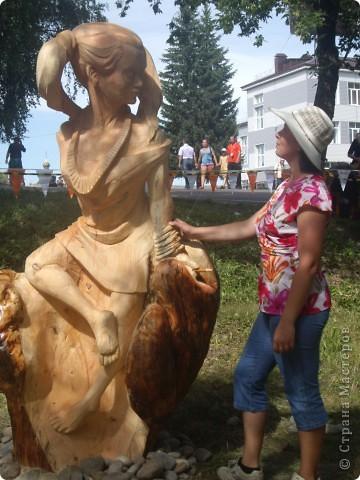 """В рамках 35 шукшинских чтений, проходивших с 22 по 24 июля, проводился фестиваль деревянной скульптуры по мотивам его произведений. Впечатлений масса!!! Решила поделиться.  Это одна из первых.  """"Мой зять украл машину дров"""" фото 6"""