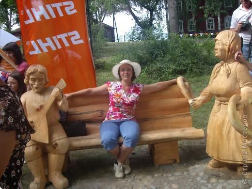 """В рамках 35 шукшинских чтений, проходивших с 22 по 24 июля, проводился фестиваль деревянной скульптуры по мотивам его произведений. Впечатлений масса!!! Решила поделиться.  Это одна из первых.  """"Мой зять украл машину дров"""" фото 12"""
