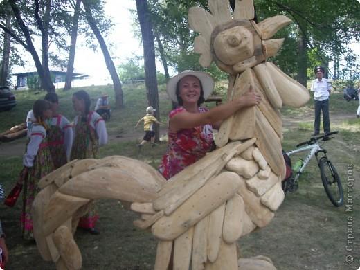 """В рамках 35 шукшинских чтений, проходивших с 22 по 24 июля, проводился фестиваль деревянной скульптуры по мотивам его произведений. Впечатлений масса!!! Решила поделиться.  Это одна из первых.  """"Мой зять украл машину дров"""" фото 10"""
