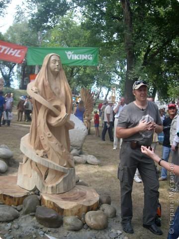 """В рамках 35 шукшинских чтений, проходивших с 22 по 24 июля, проводился фестиваль деревянной скульптуры по мотивам его произведений. Впечатлений масса!!! Решила поделиться.  Это одна из первых.  """"Мой зять украл машину дров"""" фото 15"""