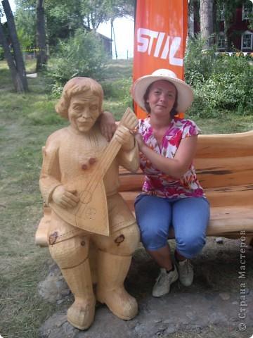"""В рамках 35 шукшинских чтений, проходивших с 22 по 24 июля, проводился фестиваль деревянной скульптуры по мотивам его произведений. Впечатлений масса!!! Решила поделиться.  Это одна из первых.  """"Мой зять украл машину дров"""" фото 13"""