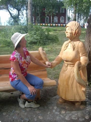 """В рамках 35 шукшинских чтений, проходивших с 22 по 24 июля, проводился фестиваль деревянной скульптуры по мотивам его произведений. Впечатлений масса!!! Решила поделиться.  Это одна из первых.  """"Мой зять украл машину дров"""" фото 14"""