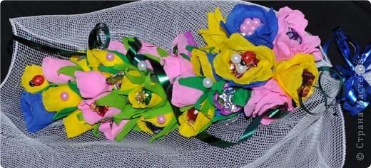 Здравствуй дорогая моя чудная страна «Страна Мастеров. Давненько я сюда не заглядывала …., но вот я возвратилась к вам с маленьким сладким букетиком. Да-да, розочки не ароматны, но очень вкусны – конфетные. Делали мы этот букетик вместе с сестричкой для нашей мамочки, которая знатная сладкоежка. фото 3
