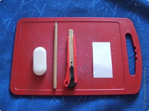 Здравствуйте дорогие мастерицы! Хочу поделиться с вами моим открытием! Сижу я значит на даче, гроза идёт, делать нечего. Решила по выдумывать))) И придумала штампик из стирательной резинки))) Для этого нам понадобиться: стирательная резинка примерно 2х5, простой карандаш, канцелярский ножик, маленький листок бумаги. фото 1