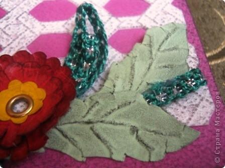Так я украсила блок для записей. Обложка и цветы сделаны из фактурного картона разных цветов. фото 3