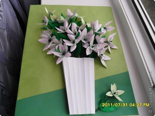 Вот такой букет появился в моей коллекции. Идею повзаимствовала на корейском сайте, только там фигурирует веточка лилии. А мне кажется, что она больше похожа на лилейник. Работу делала специально для своей кухни, в пару к макам, поэтому и оформление одинаковое. фото 2
