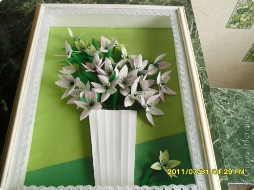 Вот такой букет появился в моей коллекции. Идею повзаимствовала на корейском сайте, только там фигурирует веточка лилии. А мне кажется, что она больше похожа на лилейник. Работу делала специально для своей кухни, в пару к макам, поэтому и оформление одинаковое. фото 1